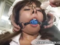 Связанной японской девушке с большой грудью отлизывают киску