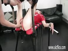 Привязанной рабыне в красном латексном платье сделали фистинг