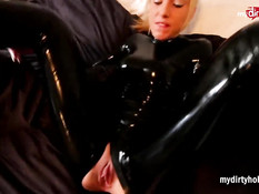 Блондинка в латексном комбинезоне доводит мужчину до оргазма