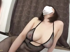 Японка с повязкой на лице соглашается сниматься в порно роликах