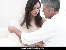 Седовласый мужчина занимается сексом с молодыми брюнеточками