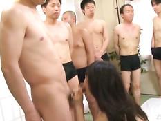 Японская девчонка с длинными волосами отсасывает всем желающим