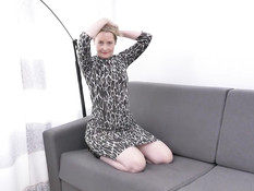 Светловолосая английская мамочка мастурбирует клитор на диване