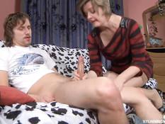 Похотливая русская мамочка в чулках соблазнила молодого парня