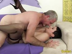 Седой мужик на кровати ебёт зрелую брюнетку с короткой стрижкой