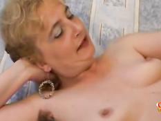 Пузатый мужик отпердолил зрелую блондинку с волосатой пиздой