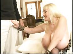 Мужик ебёт пожилую блондинку с огромной грудью Kayla Kleevage
