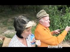 Старая жена блондинка на речке ебётся с пожилым мужем и девкой