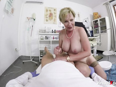 Дамочка с волосатым лобком в клинике ебётся со своим гинекологом