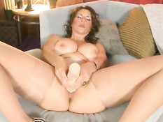 Зрелая дама в колготках раздвигает ноги и мастурбирует фаллосом