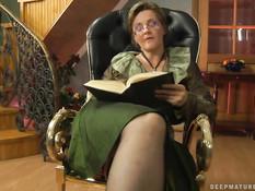 Возбуждённая русская домохозяйка ебётся с молодым любовником