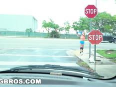 Блондинка Molly Mae раздевается и ебётся в движущейся машине