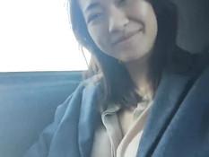 Азиатская девушка снимает трусики и мастурбирует писю в машине