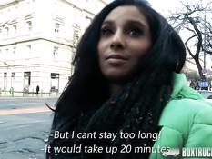 Девушка Ria Rodrigez согласилась трахаться в самом центре города
