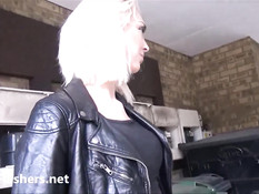 Английская блондинка с длинными ресницами обнажает свою пизду