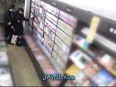 Солидный мужчина раком отымел японскую студентку в библиотеке