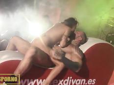 Мужик с татуировками на сцене ебётся с развратной порно актрисой