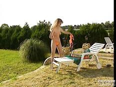 Мужики заметили загорающую голышом на поле красивую блондинку
