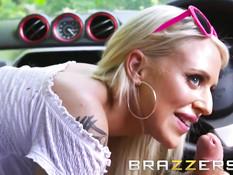 Роскошная блондинка Alicia Amira развела на секс водителя такси