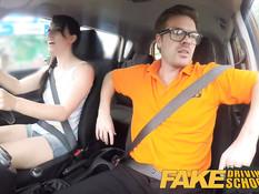 Брюнетка с косой Jasmine Lau ебётся с инструктором в автомобиле