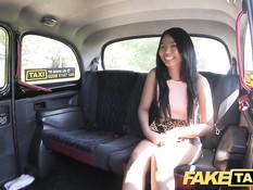 Татуированная туристка из Таиланда трахается с водителем такси
