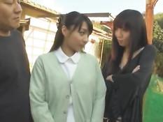 Красивым японским девушкам делают вагинальный и анальный фистинг