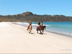 Мужчина трахает на пляже горячих девушек Delfynn Delage и Katy
