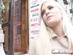 Милую блондинку Candee Licious оттрахали в самом центре города