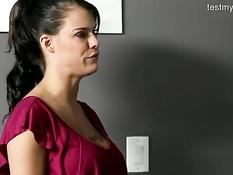 Молодая брюнетка сделала эротический массаж и подрочила грудью