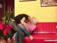 Бойфренд сделал фистинг юной блондинке с маленькими сиськами