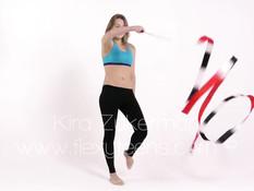 Пластичная девушка Kira Zukerman делает гимнастику в голом виде