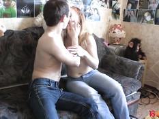 Встретил на улице молодую блондинку и отымел в киску на диване