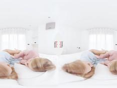 Две светловолосые подруги насаживаются на двухсторонний фаллос