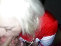 Сексуальная молодая блондинка жадно делает минет своему парню