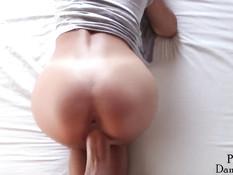 Латиноамериканская девка дрочит большой член и садится сверху