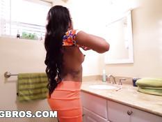 Мулатку с пирсингом и тату Zoey Reyes ебут в туалете и на кровати