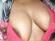 Негритянка расстёгивает халатик и показывает свои большие дойки