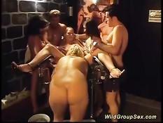 Жёсткий секс в масках и эротическом белье в немецком свинг клубе