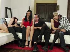 Три сексуальные пары решили устроить жёсткую свинг групповуху