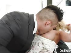 Мужчина отымел на диване сисястую блондинку Kagney Linn Karter