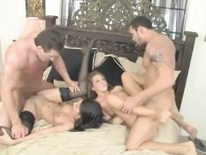Две сексуальные свинг пары занимаются сексом на большой кровати