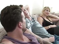 Эти семейные пары приходят в гости чтобы заниматься свинг сексом