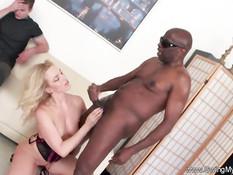 Горячая жена блондинка трахается с чёрным мужиком в свинг клубе