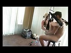 Парень использует секс-качели, чтобы отъебать подругу блондинку