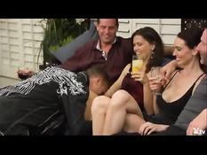 Участники свинг шоу на телеканале Playboy TV играют в секс игры
