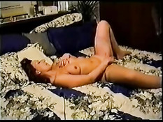 Неудовлетворённая жена ебётся на кровати с чёрным любовником