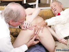 Темноволосая девчонка трахается с двумя похотливыми стариками