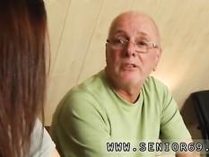 Молодая шалунья разделась и дала дедушке вылизать свою попку