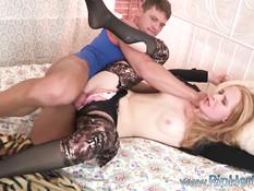 Агрессивный парень ебёт на кровати красивую русскую блондинку