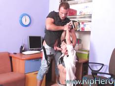 Короткая мини-юбка на русской девчонке сильно возбудила парня